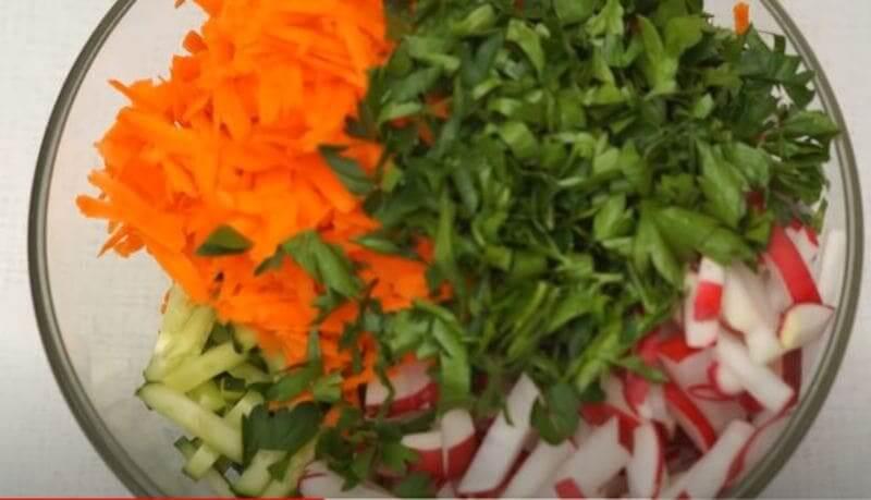 в миску складываем подготовленные овощи