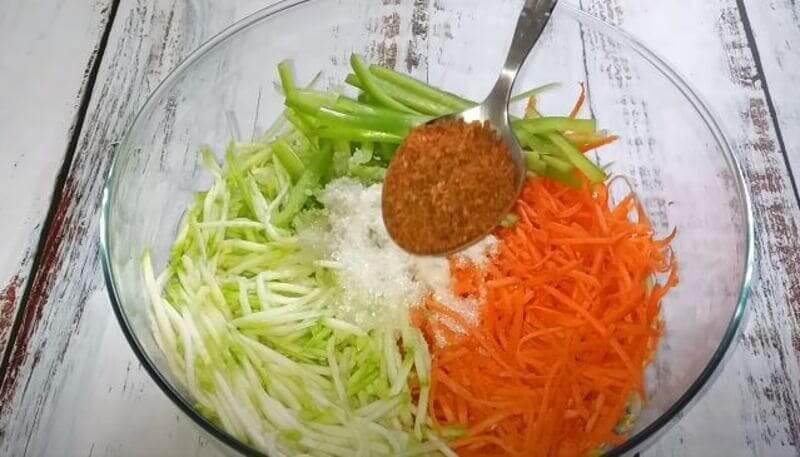 в салат кладем специи для моркови по-корейски