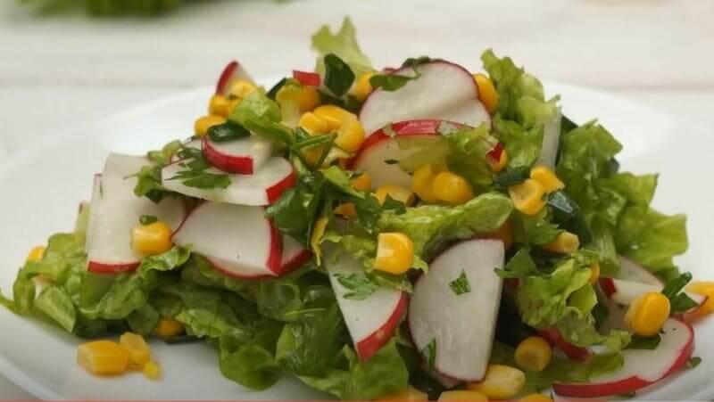 выкладываем салат на красивую тарелку