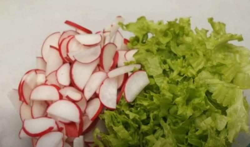 выкладываем все подготовленное в салатницу