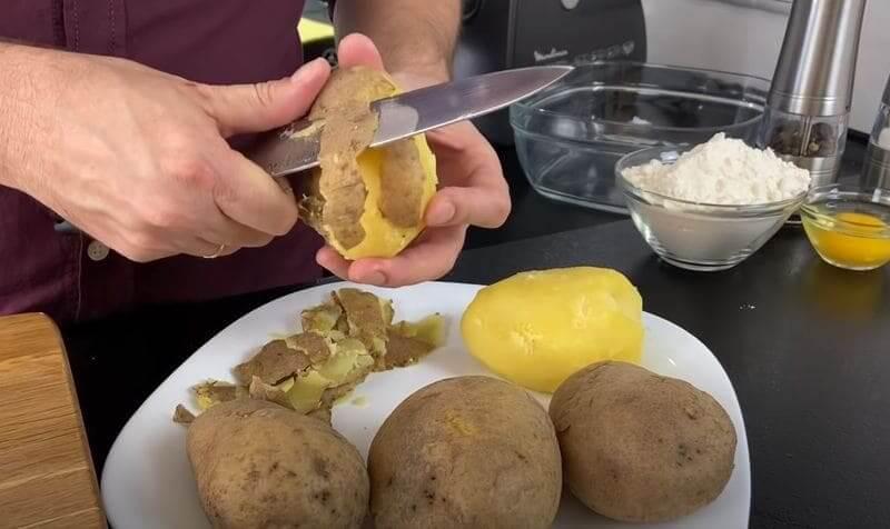 чистим отваренный картофель от кожуры