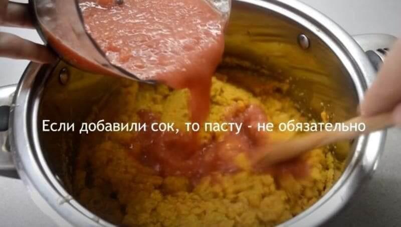 добавляем томатный сок в кабачковую массу