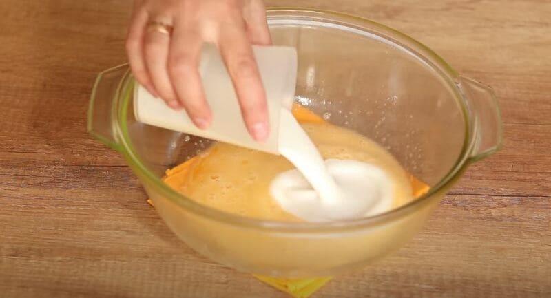 добавляем в миску кефир