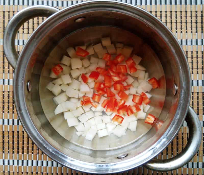 мелко нарезаем болгарский перец