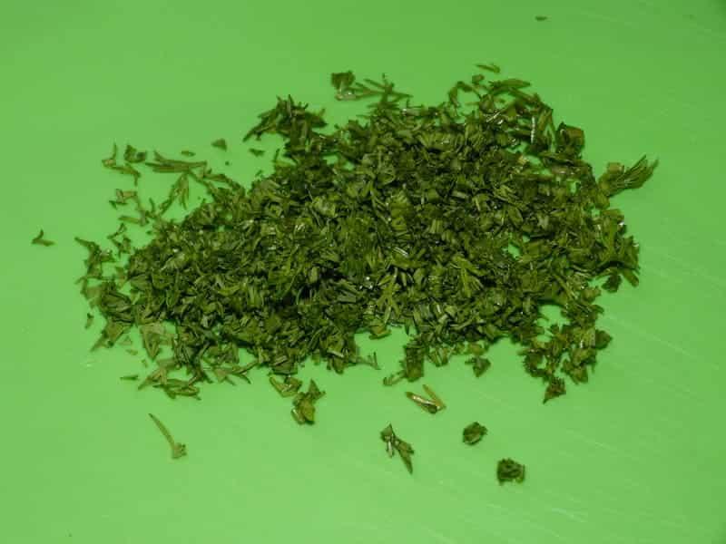 мелко шинкуем зелень