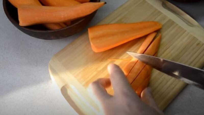 морковь нарезаем брусочками