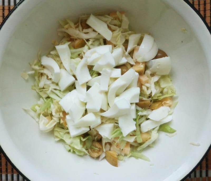 нарезаем белки яиц и кладем в салат