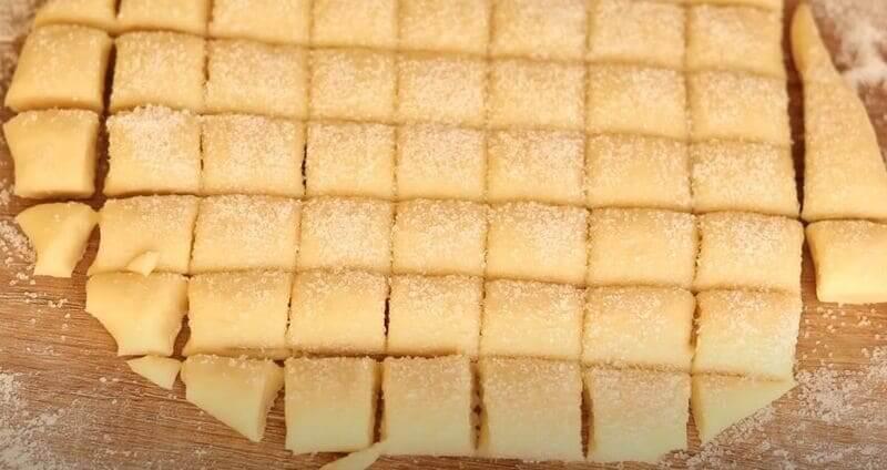 нарезаем тесто на квадраты