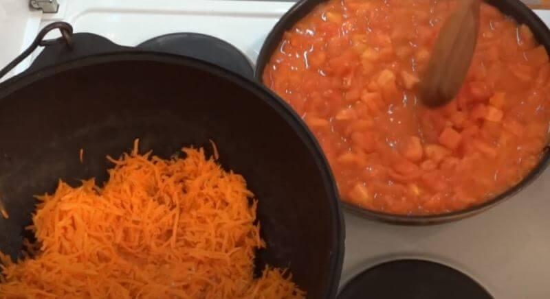 обжариваем помидоры в сковороде