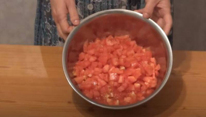 очищенные помидоры нарезаем на кубики