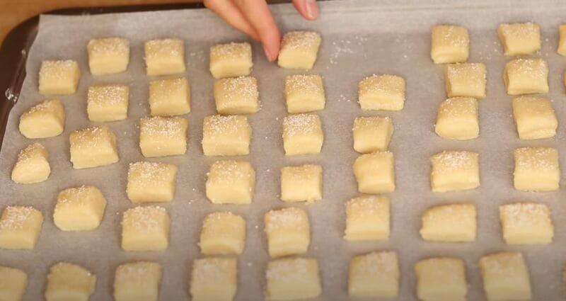 печенье кладем на противень