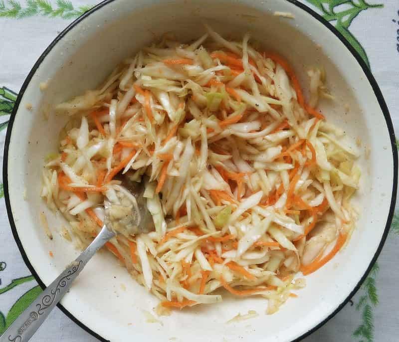 перемешиваем овощи со специями и маслом