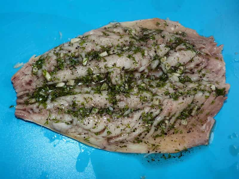 промазываем рыбу подготовленным маринадом