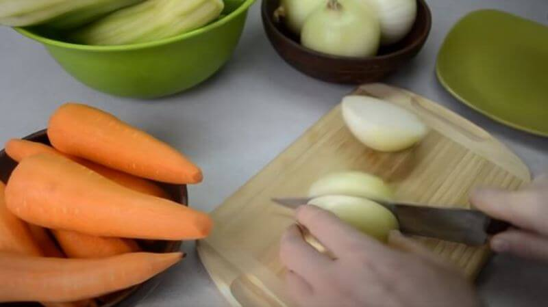репчатый лук нарезаем на четыре части