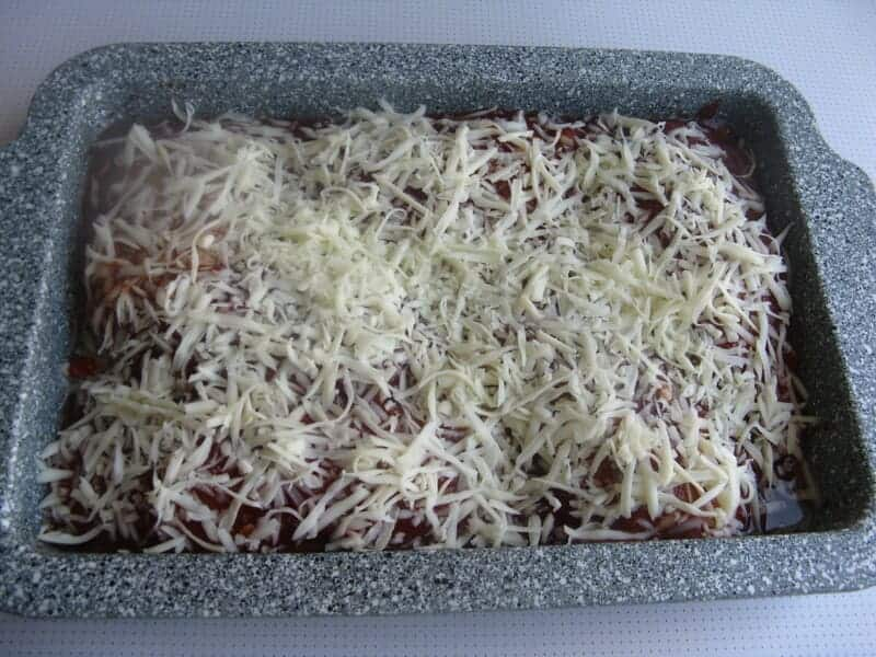 сверху на грудку натираем сыр