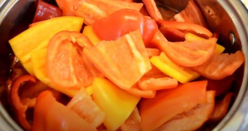 в кастрюлю кладем болгарский перец