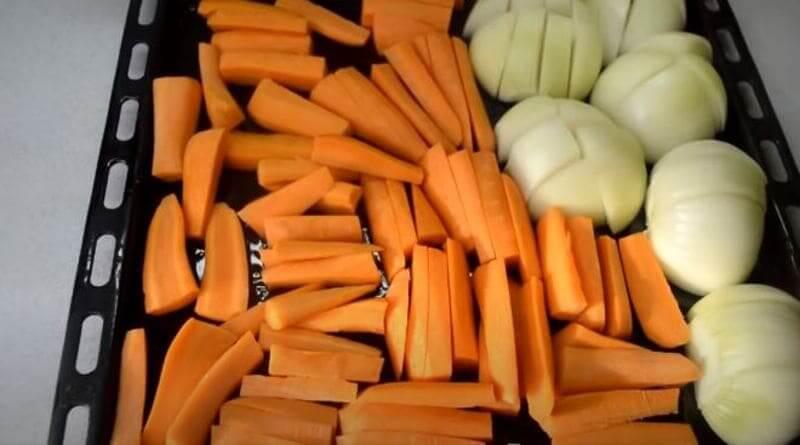 выкладываем овощи на противень