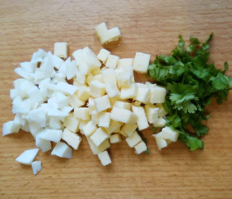 яйца сыр и кинзу нарезаем кусочками