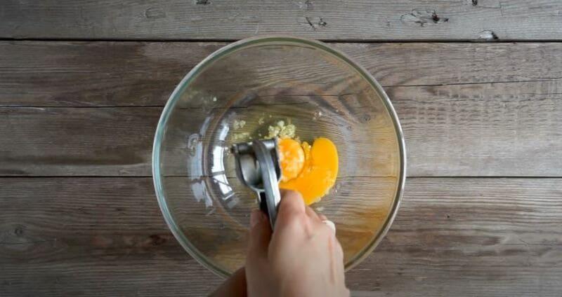 добавляем чеснок к яйцам