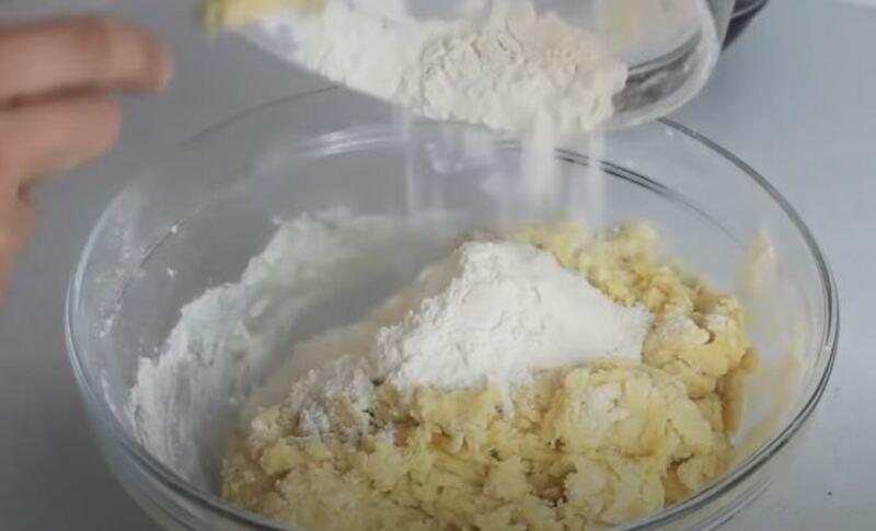 добавляем остальную муку в яично масленую смесь