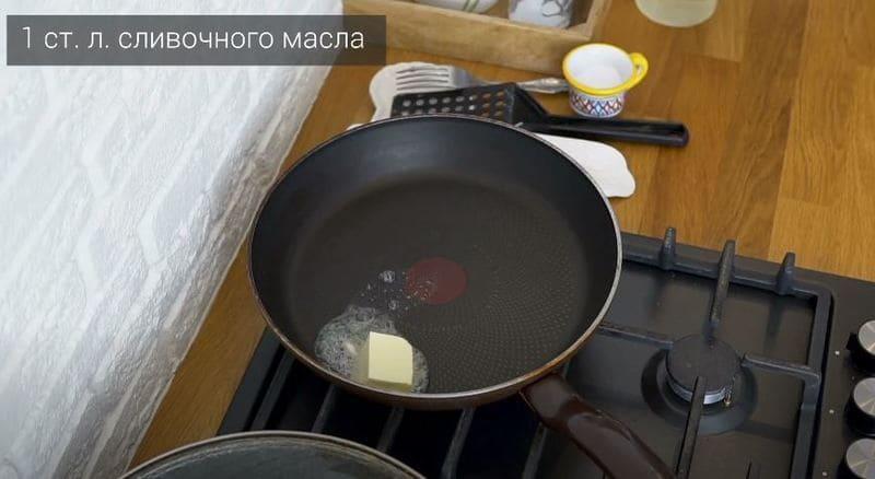кладем сливочное масло в разогретую сковороду