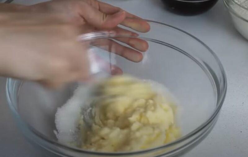 масло с сахаром перемешиваем
