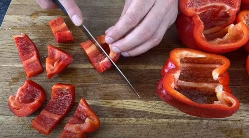 нарезаем болгарский перец на крупные кусочки