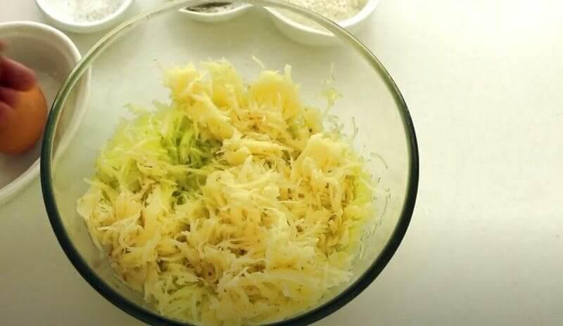 натертый картофель добавляем к кабачку