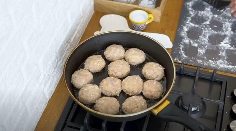 обжариваем тефтели в сковороде