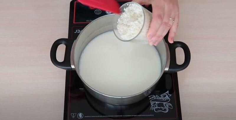 в кастрюлю с молоком добавляем рис