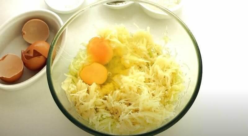 в миску вбиваем два куриных яйца