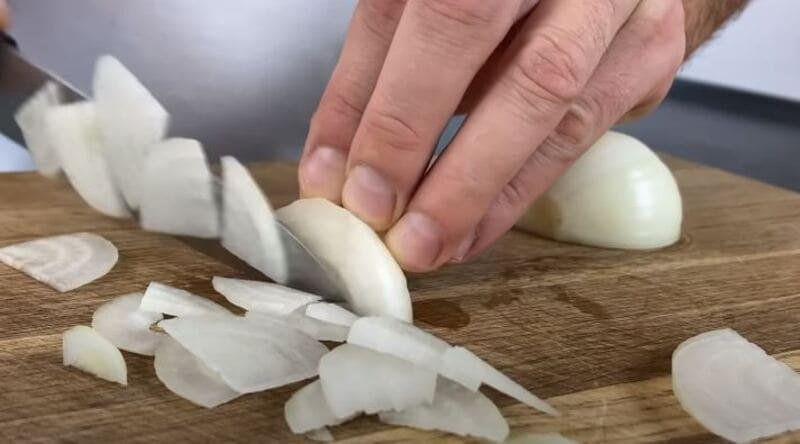 лук нарезаем четверть кольцами