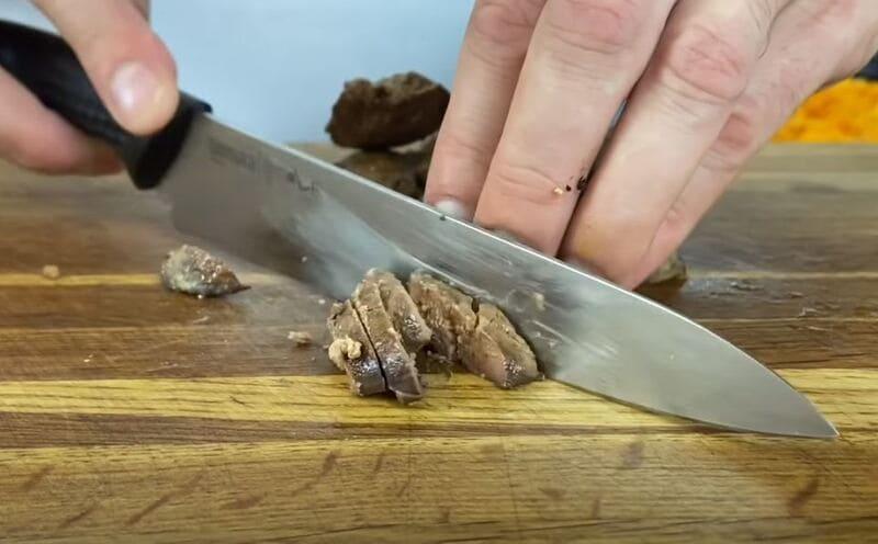 нарезаем обжаренную куриную печень