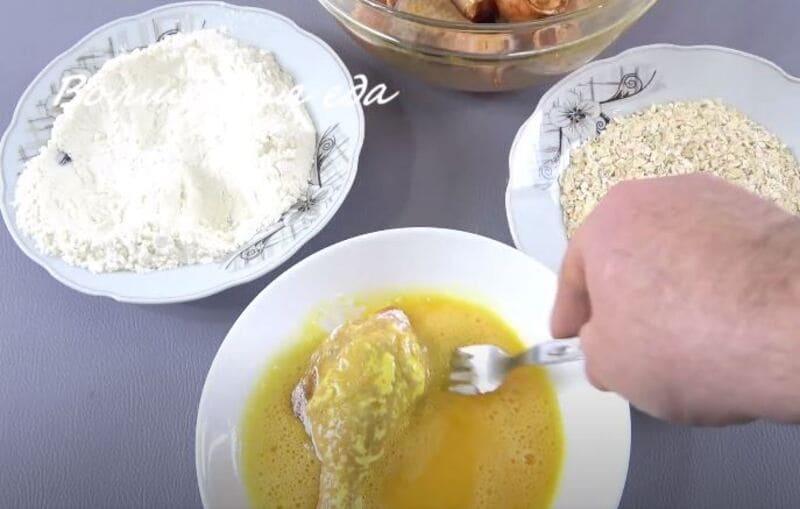 обмакиваем куриную голень во взбитых яйцах