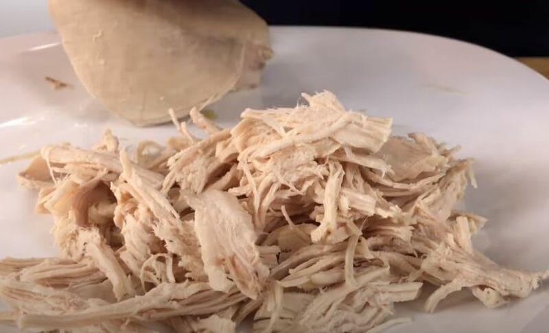 отваренную куриную грудку расщипать руками на волокна