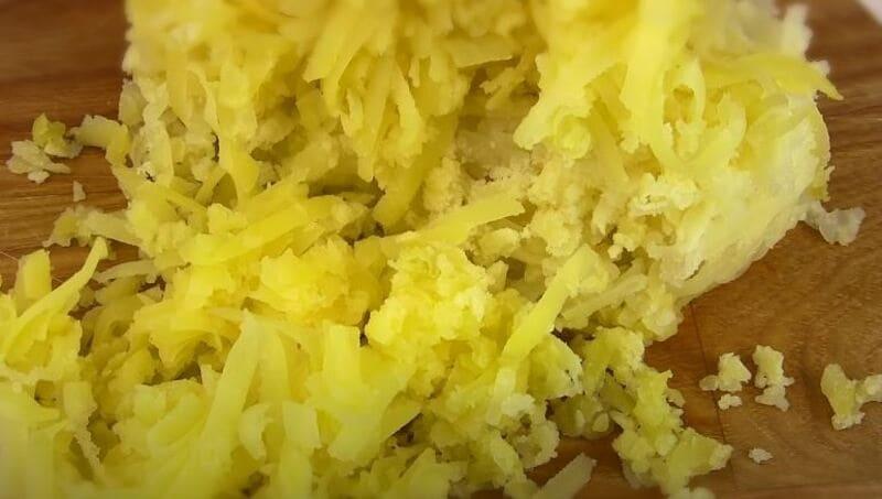 отваренный картофель натереть на крупной терке