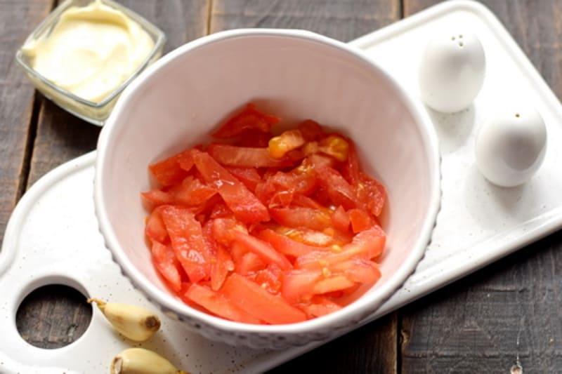 помидор нарезаем брусочками