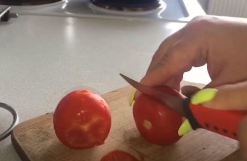 срезаем у помидор шапочку