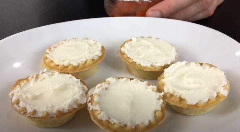 тарталетку наполняем крем сыром