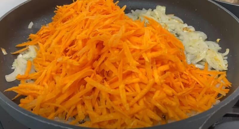 тертую морковь обжариваем с луком