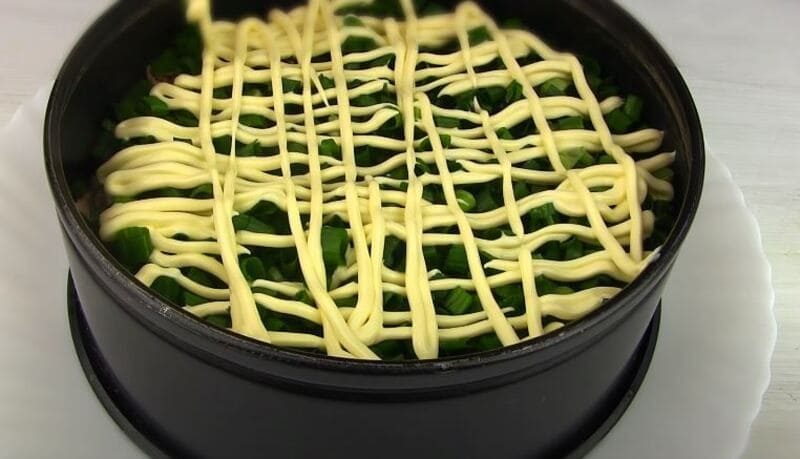 третий слой нарезанный зеленый лук