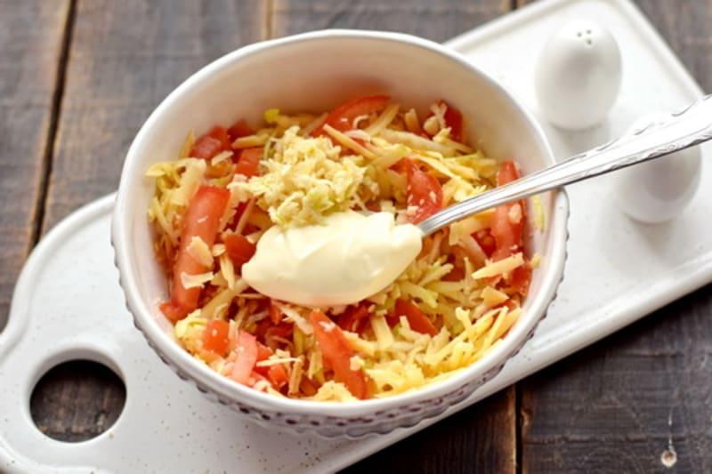 в салат добавляем чеснок и сметану