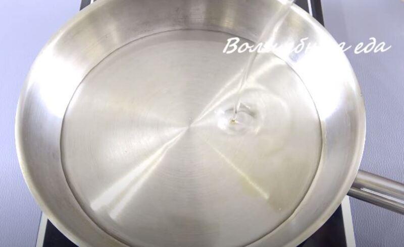 в сковородку вливаем подсолнечное масло