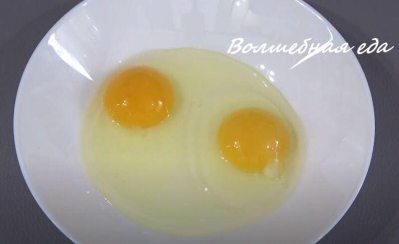 в тарелку разбиваем два куриных яйца
