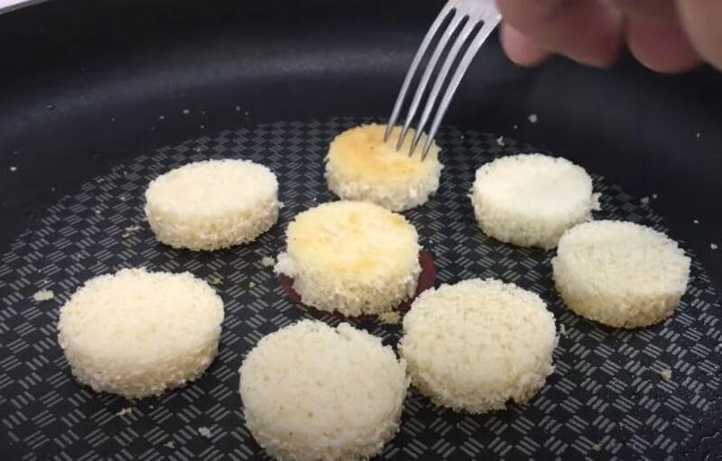 вырезанный хлеб подрумяним на сковороде