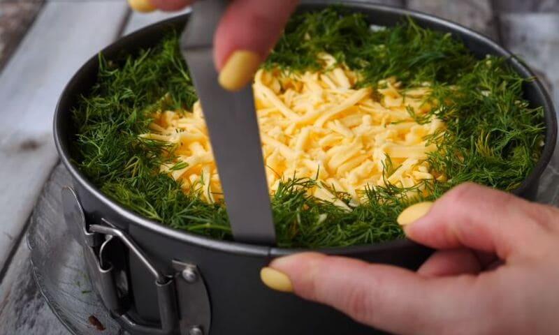достаем салат из кулинарного кольца