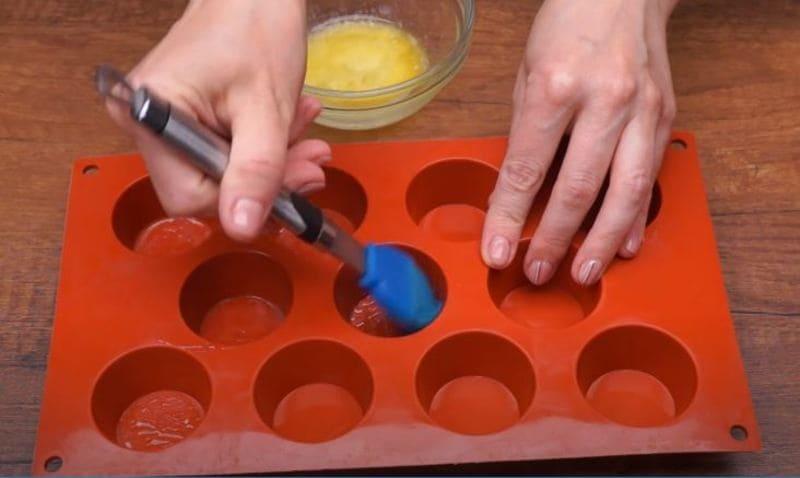 формы для выпечки смазываем маслом
