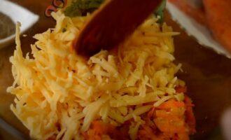 к обжаренным овощам добавляем тертый сыр