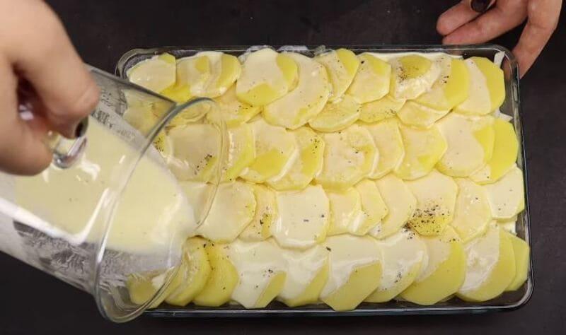 картошку с фаршем заливаем сметанным соусом