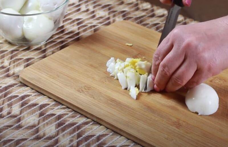 куриные яйца нарезаем на небольшие кубики